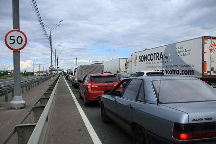 На границе с Россией образовалась многокилометровая автоочередь