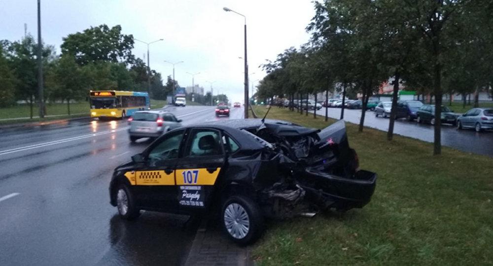 В Гродно таксист врезался в столб