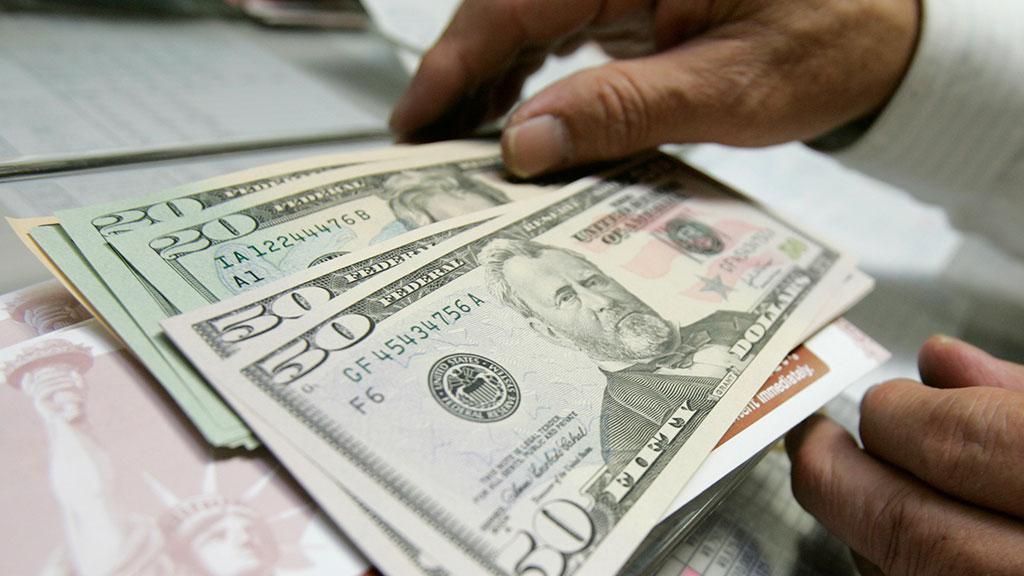 На торгах рубль заметно сдал к доллару
