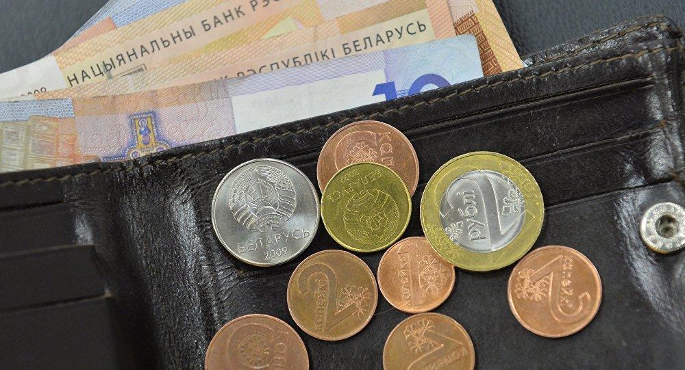 В Беларуси начала падать средняя зарплата