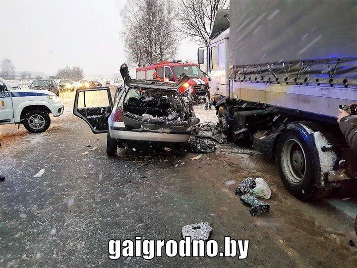 В Лиде автомобиль врезался в стоящий грузовик: водитель легковушки в реанимации