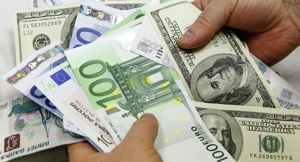 На торгах 1 апреля доллар и евро подорожали
