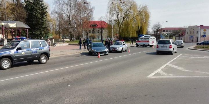 В Волковыске автомобиль въехал в людей на остановке, над ними устроили самосуд