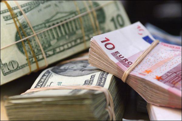 На торгах 24 апреля рубль ослаб ко всем валютам