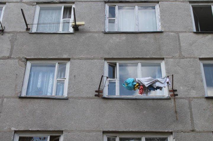 В Березовке женщина вытолкнула в окно соседку за то, что та жаловалась на жизнь