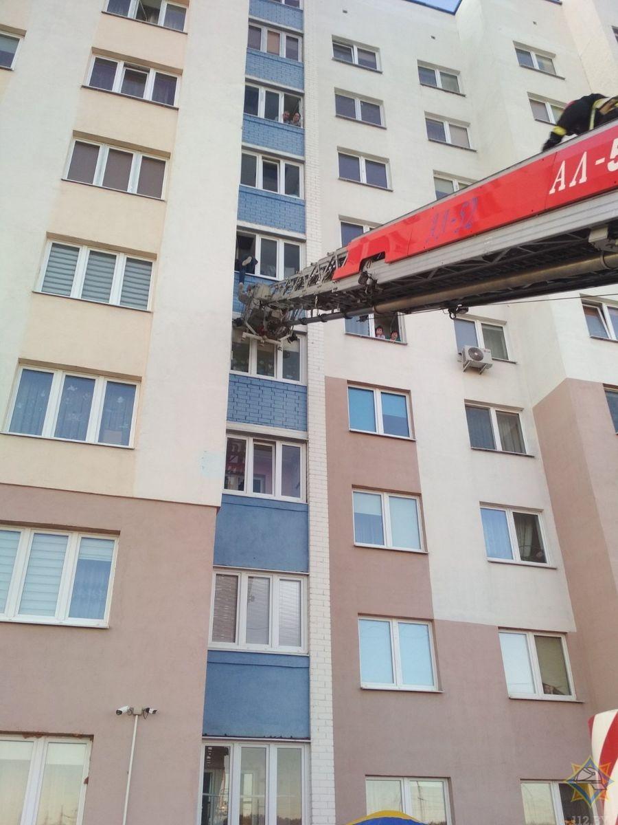 В Гродно 25-летний парень повис на балконе