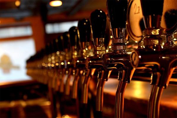 В Лиде мужчина облил пивом и избил посетителя в одном из баров города