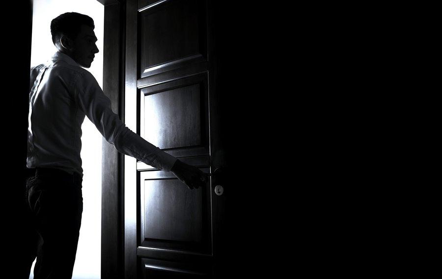 В Лиде ночью в комнату общежития вошел мужчина и начал приставать к спящему