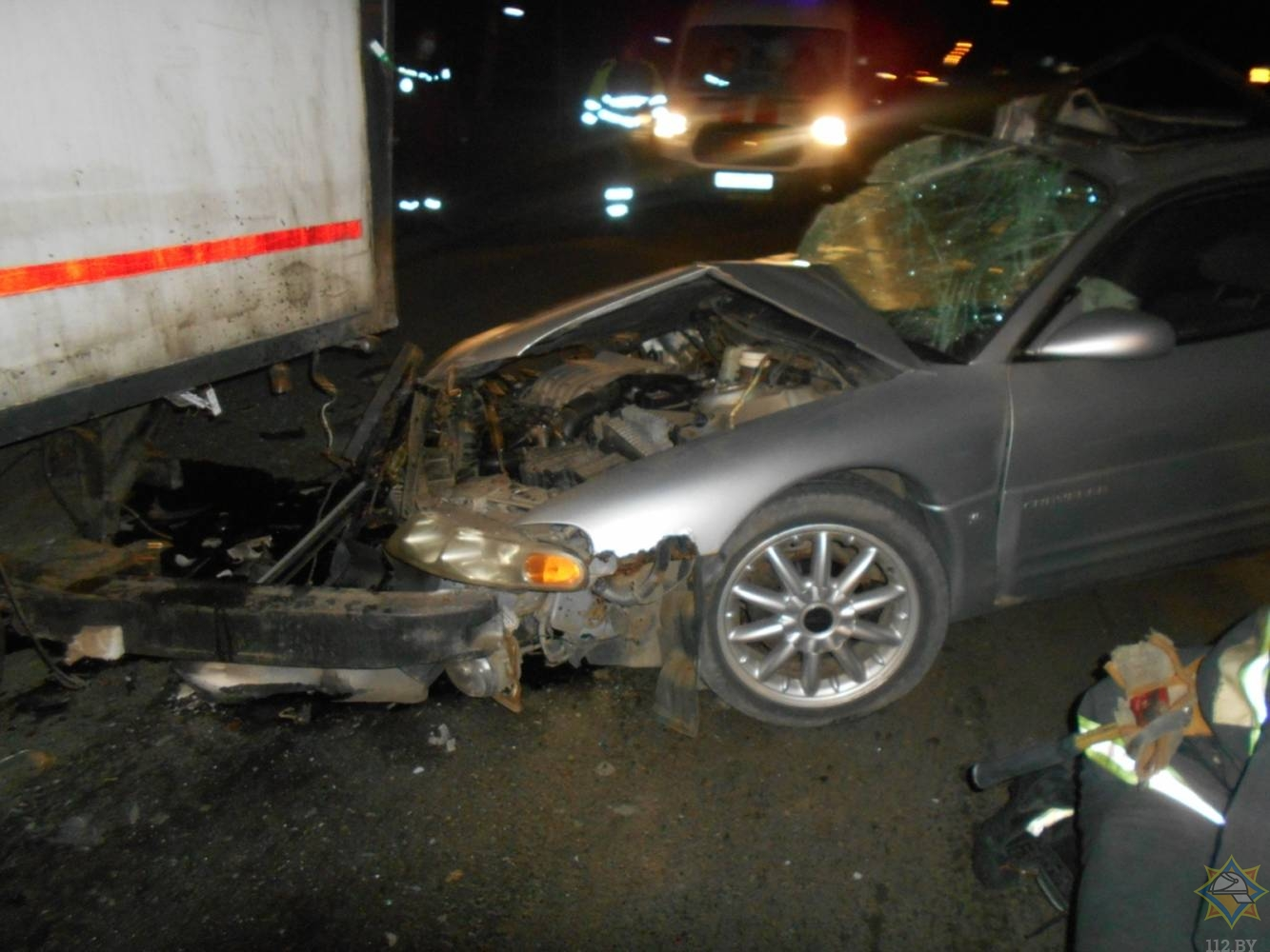 В Лиде пассажира крайслера зажало в салоне после столкновения с грузовиком