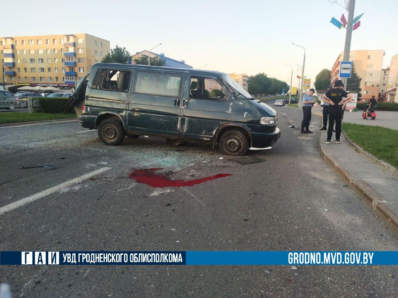В Лиде произошло страшное ДТП в центре: Audi на перекрестке протаранила микроавтобус