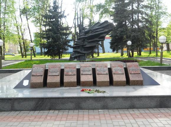 Скульптурный памятник на братской могиле