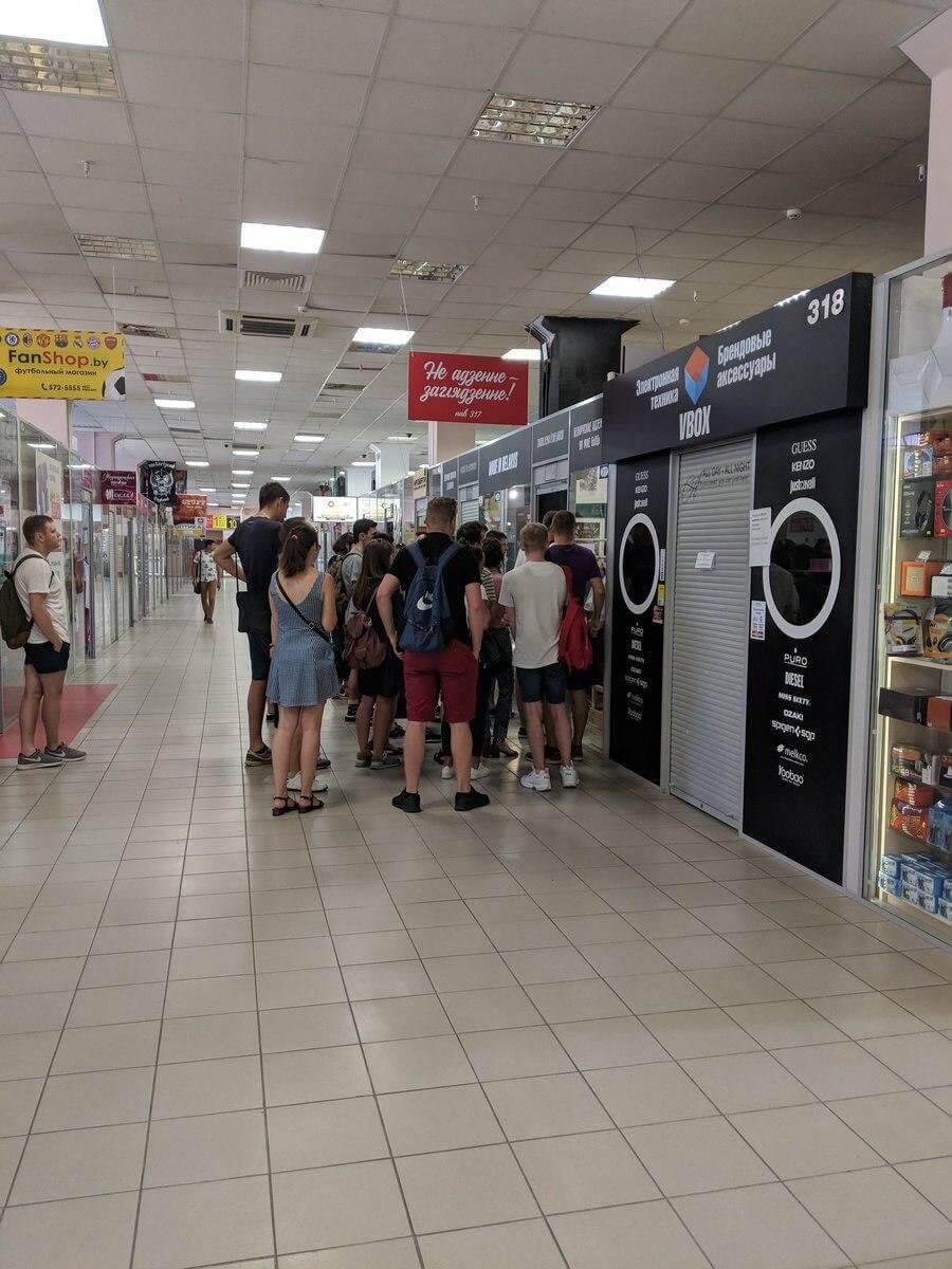Белорусы стоят в очередях за модными лидскими кедами, но фабрика отказывается их выпускать