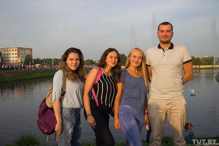 Татьяна, Дарья, Ольга иАнтон. Лидчанка вкомпании— Ольга (третья слева). Друзья гостят унее дома
