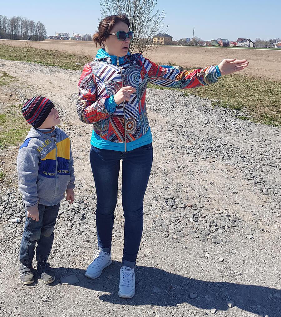 Ольга Пилинко с пятилетним сыном на месте, где должна проходить улица Липеньская.