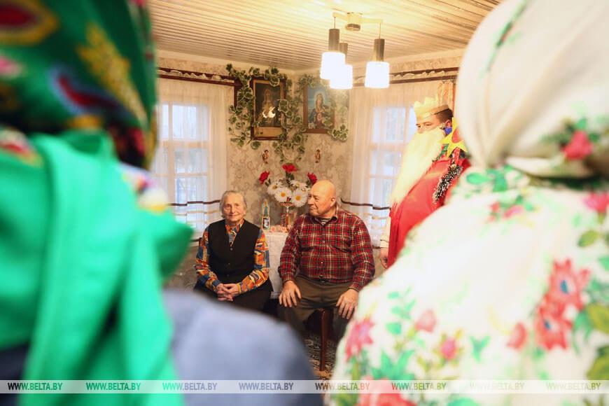 Колядовщики посещают жителей деревни Мейры Лидского района