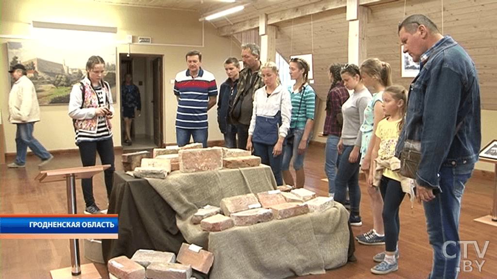 Лидчанин собрал коллекцию старинных кирпичей из разных стран
