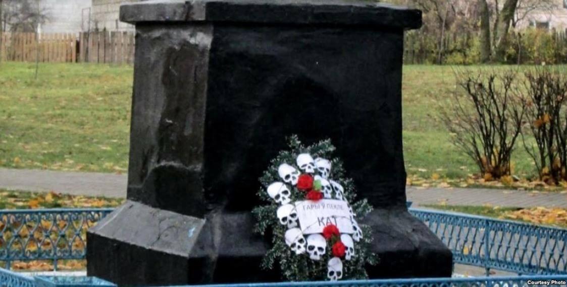 В Березовке в Лидском районе возле памятника Ленину нашли венок с... черепами и колючей проволокой | Фото: svaboda.org